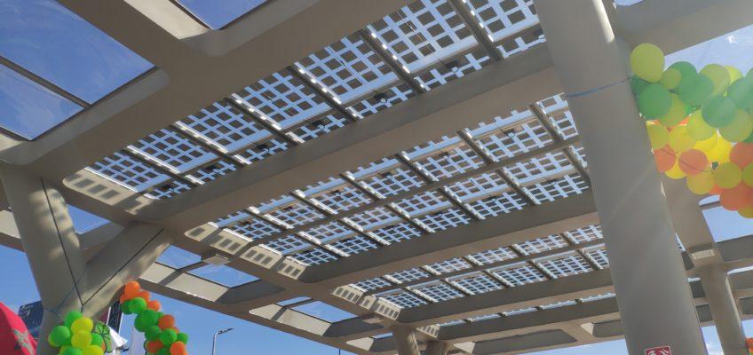 Panneau solaire semi transparent monté sur rail étanche